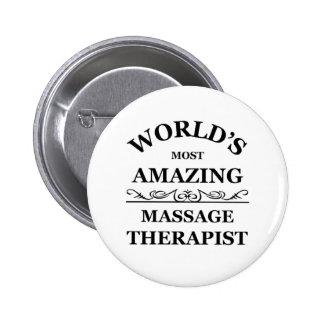 El terapeuta más asombroso del masaje del mundo pin redondo de 2 pulgadas
