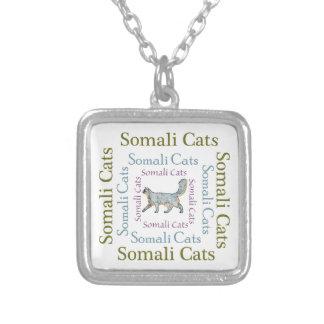 El texto somalí de los gatos ajusta el collar