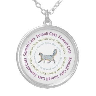 El texto somalí de los gatos circunda el collar