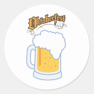 el texto y la cerveza más oktoberfest pegatina redonda