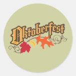el texto y las hojas de otoño más oktoberfest pegatina redonda