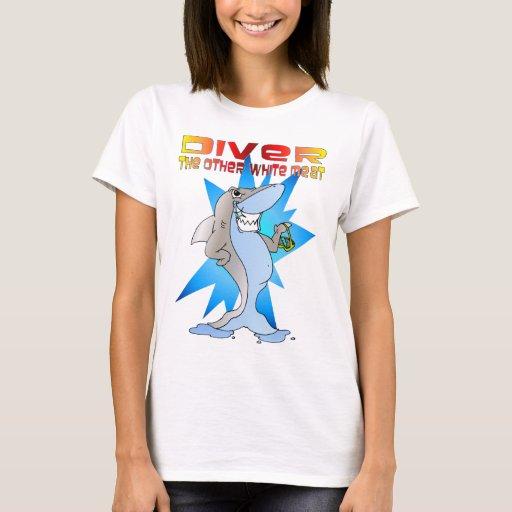 El tiburón come al buceador playera