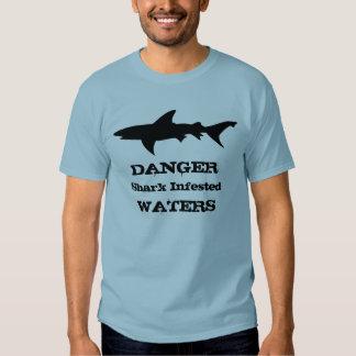 El tiburón divertido infestado riega el regalo del playera