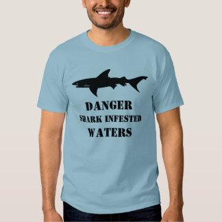 El tiburón divertido infestado riega el regalo del polera