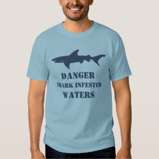 El tiburón divertido infestado riega el regalo del remera