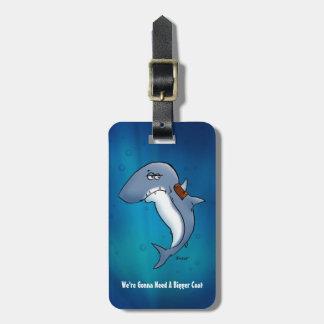 El tiburón necesita un dibujo animado divertido de etiquetas para maletas