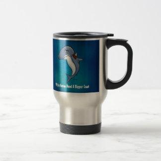 El tiburón necesita una taza divertida del viajero