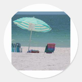 El tiempo de la playa está cerca pegatinas redondas