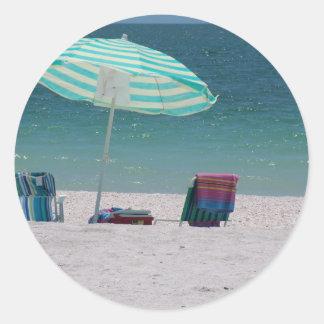 El tiempo de la playa está cerca pegatina redonda