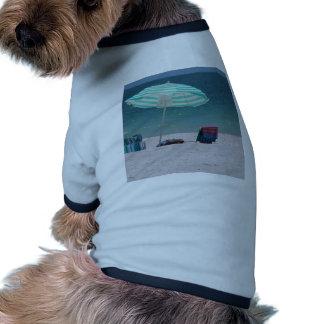 El tiempo de la playa está cerca camisa de mascota
