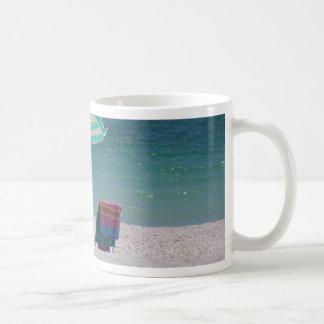 El tiempo de la playa está cerca tazas de café