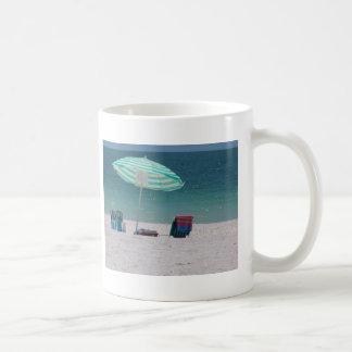 El tiempo de la playa está cerca taza de café