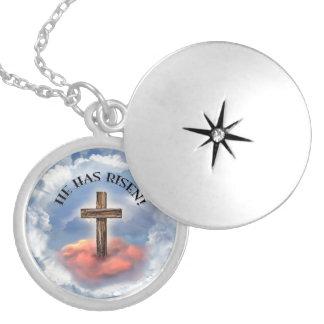 Él tiene cruz rugosa subida con las nubes medallones