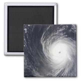 El tifón estupendo Melor asoma sobre el Oce Imán Cuadrado
