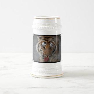 El tigre besa la cerveza Stein Tazas