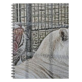 El tigre blanco de bostezo al lado del otro gato b spiral notebook