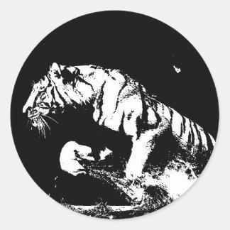 El tigre blanco negro ataca al pegatina redondo