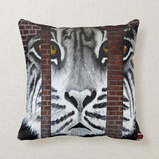 El tigre detrás de barras mira adelante a la liber cojines