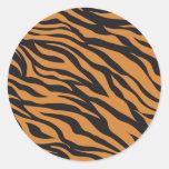 El tigre enrrollado raya los regalos de los pegatina redonda