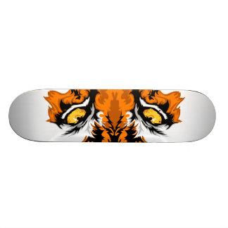 El tigre observa el monopatín