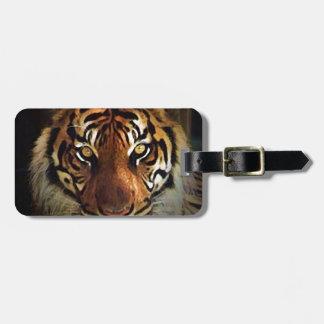 El tigre observa etiquetas del equipaje etiqueta para maleta