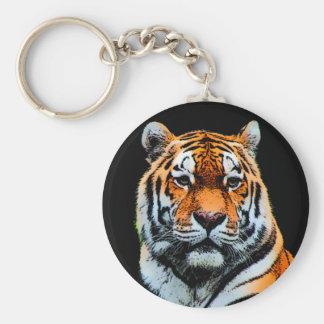 El tigre observa inspirado llavero redondo tipo pin