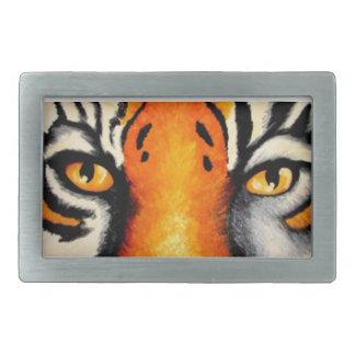 El tigre observa la hebilla del cinturón hebilla de cinturón rectangular