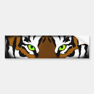 El tigre observa (la pegatina para el parachoques) etiqueta de parachoque