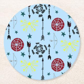 El tiro al arco azul arquea flechas y blancos posavasos de cartón redondo
