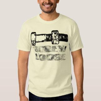 El tornillo suelta la camiseta poleras