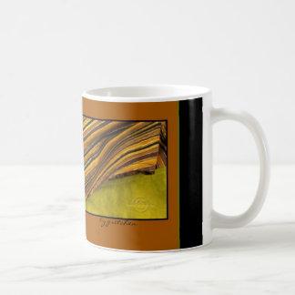 El tote chartreuse de las hojas que relucir cerca taza