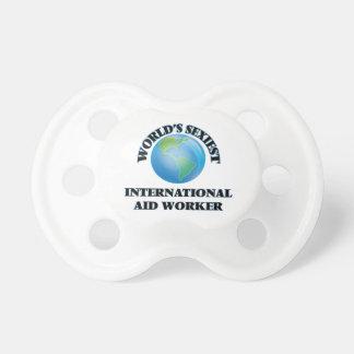 El trabajador de la ayuda internacional más chupetes para bebés