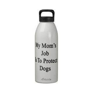 El trabajo de mi mamá es proteger perros botellas de beber
