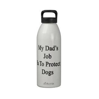 El trabajo de mi papá es proteger perros botallas de agua