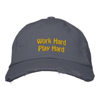 El trabajo difícilmente, juega difícilmente gorras de béisbol bordadas