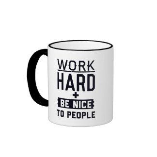 El trabajo difícilmente y sea agradable a la gente tazas