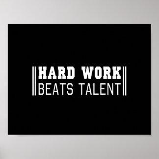 El trabajo duro bate talento póster
