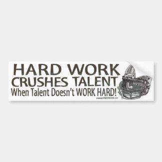 El trabajo duro machaca el talento Bumpersticker Pegatina De Parachoque