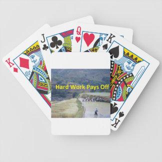 El trabajo duro paga apagado baraja cartas de poker