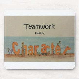 El trabajo en equipo construye el carácter alfombrilla de ratón