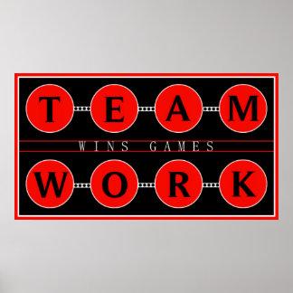 El trabajo en equipo de motivación gana el poster  póster