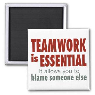 El trabajo en equipo es esencial imán cuadrado