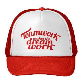 El trabajo en equipo rojo hace el gorra ideal del