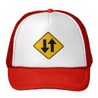 El tráfico bidireccional, trafica la señal de gorras de camionero