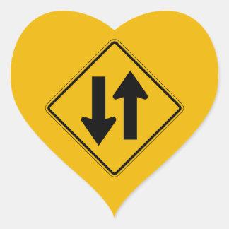 El tráfico bidireccional, trafica la señal de pegatina en forma de corazón