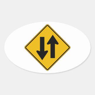 El tráfico bidireccional, trafica la señal de pegatina ovalada