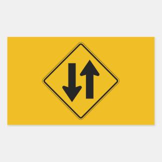 El tráfico bidireccional, trafica la señal de pegatina rectangular