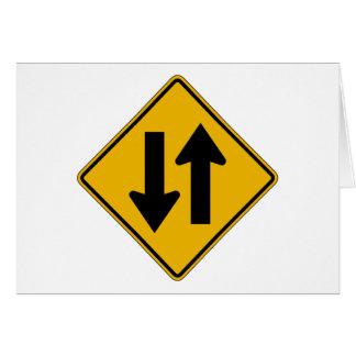 El tráfico bidireccional, trafica la señal de tarjeta de felicitación