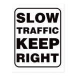 ¡El tráfico lento guarda a la derecha! Tarjetas Postales