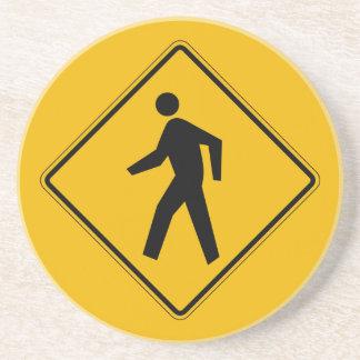El tráfico peatonal, trafica la señal de peligro, posavasos para bebidas